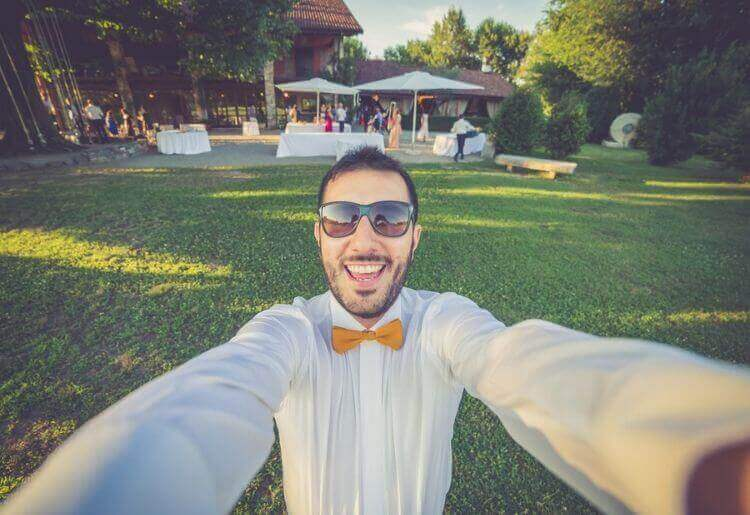 Men use more photos of themselves attending weddings than women